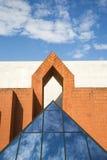 Reflektierender Himmel der Glaspyramide und Wolken vor symmetrischem Gebäude Stockfotos