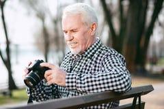 Reflektierender reifer Mann, der Fotos macht lizenzfreies stockfoto