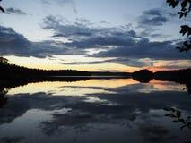 Reflektierender See nach Sonnenuntergang, Muskan lizenzfreie stockfotografie