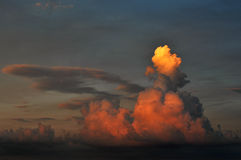 Reflektierender Sonnenuntergang der drastischen Wolke Lizenzfreie Stockfotografie
