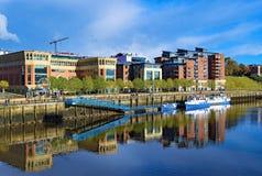 Reflektierendes Blau, auf dem Fluss-Gebräu, Gateshead, auf einem prachtvollen Herbstmorgen lizenzfreie stockbilder