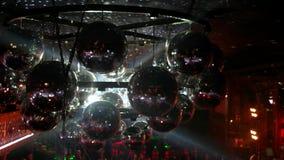 Reflektierendes Licht des Discoballs von den Scheinwerfern auf Abschlussballdisco stock video