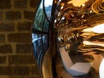 Reflektierendes metallisches hängendes Licht Tom Dixons, das im Tom Dixon-Flagship-Store und -ausstellungsraum an den Kohlen-Trop Lizenzfreie Stockfotografie