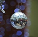 Reflektiert in der Weihnachtsdekoration Lizenzfreies Stockfoto