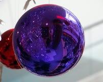Reflektiert in der Weihnachtsdekoration Stockbild