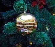Reflektiert in der Weihnachtsdekoration Stockbilder