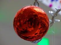 Reflektiert in der Weihnachtsdekoration Stockfoto