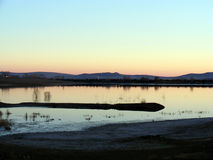 Reflektiert im See nach dem Sonnenuntergang der Abendsonne Stockfoto