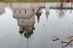 Reflektiert in Wasser orthodoxer Kirche Stockfotos