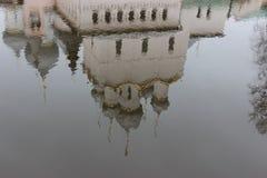 Reflektiert in Wasser orthodoxer Kirche Lizenzfreie Stockfotos