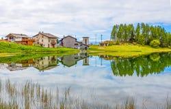 Reflektierte Häuser im See Lod nahe dem Dorf der Gämse in ` Aosta, Italien Val D lizenzfreies stockfoto