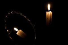 Reflektierte Kerze in der Dunkelheit stockfoto