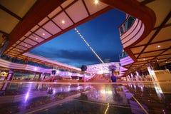 Reflektierte Plattform der Costa Deliziosa stockbilder