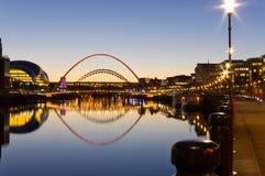 Reflektierte Tyne-Brücken Stockfotos