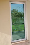 Reflektierter Garten im Fenster Stockfotografie