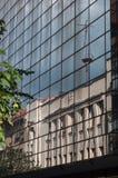 Reflektierter Kran auf den Fenstern eines Gebäudes Stockfoto