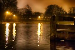 Reflektierter Teich, mit Pier im Vordergrundfokus Stockfotografie