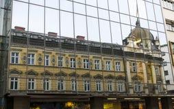 Reflektiertes Gebäude lizenzfreies stockfoto