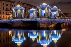 Reflektiertes neues Jahr verzierte Lomonosov-Brücke lizenzfreie stockbilder