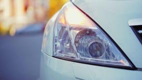 Reflektor biali nowożytni samochodów błyski, trzask na wypadku, w górę zbiory wideo
