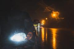 Reflektor i droga w zmroku obraz stock