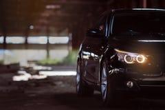 Reflektor nowożytny czarny sportowy samochód Frontowi światła samochód Nowożytni Samochodowi powierzchowność szczegóły zdjęcie royalty free