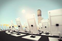 Reflektoren und der Turm, der Energie erfasst Lizenzfreie Stockfotografie