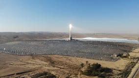 Reflektoren und der Turm, der Energie erfasst stock video