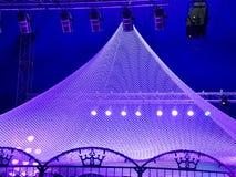 Reflektorljus på en cirkusramp Arkivbilder
