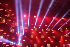 Reflektory na scenie z promieniami światła przybycie od one fotografia stock