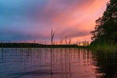 Refletido na ?gua lisa das nuvens do lago no por do sol Paisagem colorida, borr?o do fundo imagens de stock