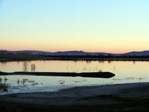 Refletido no lago após o por do sol do sol da noite Foto de Stock