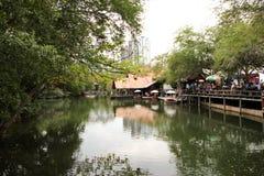 Refletido no lago da arquitetura velha e nova de Thailan imagens de stock