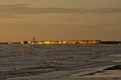 Refletir claro do por do sol no quebra-mar de Liepaja, Latia Fotografia de Stock