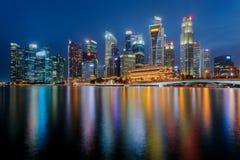 Refletir do centro da cidade de Singapura na água em Marina Bay Imagens de Stock Royalty Free