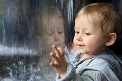 Refletir do retrato do bebê Fotos de Stock Royalty Free