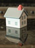 Refletir Home na parte superior contrária do granito Fotografia de Stock