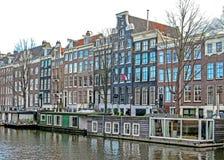 Reflexão de construções de tijolo flamengas tradicionais do duch famoso de Amsterdão, canal da cidade na Holanda, Países Baixos fotografia de stock