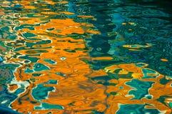 Reflexão abstrata da construção colorida de Veneza no canal Imagem de Stock