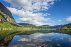 Reflexão bonita da água do fiorde de Noruega Imagens de Stock