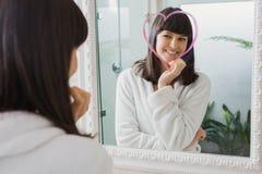 Reflexão bonita da jovem mulher no espelho imagem de stock