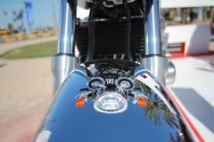 Reflexão bonita de Chrome do verão de faróis de cruzamento da motocicleta do vintage em Front Fender imagem de stock