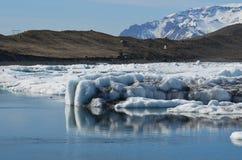 A reflexão bonita do iceberg em um ` s do lago icelandic molha fotografia de stock
