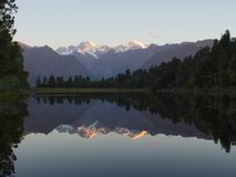 Reflexão bonita do lago Matheson no por do sol imagem de stock royalty free