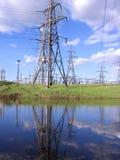 Reflexão brilhante da antena elétrica do fio na água foto de stock royalty free