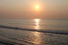 Reflexão calma da água do beira-mar do nascer do sol Foto de Stock Royalty Free