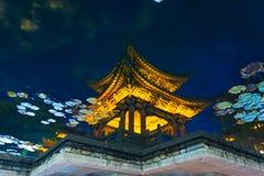 Reflexão chinesa artística da água do pagode de Lijiang Fotos de Stock Royalty Free