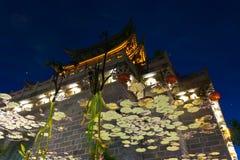 Reflexão chinesa artística da água da porta de Lijiang Fotografia de Stock
