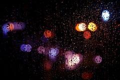 Reflexão clara da noite no vidro molhado Imagens de Stock