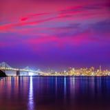 Reflexão da água da baía de Califórnia da skyline do por do sol de San Francisco Imagem de Stock